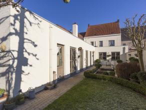 Karaktervol woonhuis met handel, 3 achterliggende garages, mooi aangelegde zonnige tuin en 4 slaapkamers + dressing gelegen in het commerciële ce
