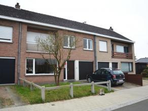 Centraal gelegen woning met 4 slaapkamers, garage en tuin te Sint-Kruis.<br /> <br /> Indeling:<br /> Glvl: inkomhal (5m²) met afzonderlijk toile