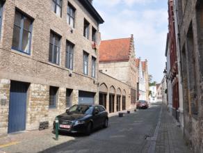 Studio in het centrum van Brugge.<br /> <br /> Indeling:<br /> 2°V.: leefruimte (17m²) - keuken (3m²) voorzien van keramische kookplaat,