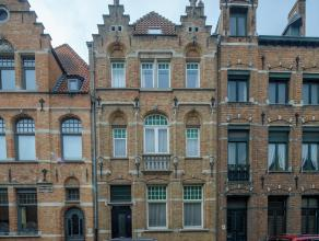 Opmerkelijk ruim herenhuis gelegen in de Brugse binnenstad en dit op een terrein van 371m². De woning geniet van een zonnige, prachtig aangelegde