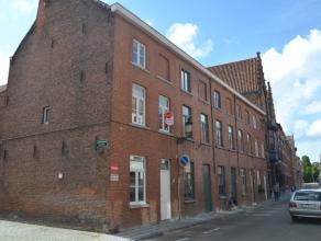 Gezellige Brugse woning met 3 slaapkamers en stadskoer<br /> <br /> INDELING:<br /> Glvl: Inkom met afzonderlijk toilet - woonruimte met open keuken (