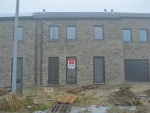 Zeer ruime nieuwbouwwoning in Rumbeke!<br /> <br /> De woning omvat:<br /> een inkom met apart gastentoilet - ruime woonkamer met open keuken (voorzie