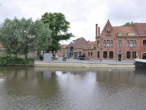 Gezellige, gerenoveerde woning met 2 slaapkamers, bureau en terras. Gelegen nabij de Coupure in het centrum van Brugge.<br /> <br /> Indeling:<br /> G