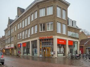 Handelsgelijkvloers (ca. 310m²) met ruime etalage op zeer goeie commerciële ligging in het centrum van Brugge.<br /> <br /> Algemeen:<br />