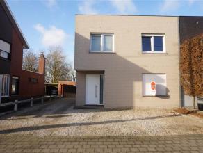 Deze instapklare woning is gelegen aan de stadsrand van Waregem. De woning bevat een lichtrijke leefruimte, een keuken met eetplaats, 4 slaapkamers, e