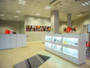 Kantoorruimte (ca. 310m²) met ruime etalage op zeer goeie commerciële ligging in het centrum van Brugge.<br /> <br /> Algemeen:<br /> > R