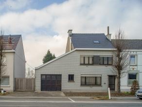 Deze half-open bebouwing bevindt zich langs de Martijn Van Torhoutstraat op een perceel van ca. 1469 m². De centrale ligging biedt via de straatk