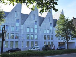 Prachtig appartement met 2 slaapkamers gelegen aan de Brugse Vesten. <br /> <br /> Indeling:<br /> 1°V.: Inkomhal (2m²) met gastentoilet en v