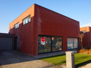 Deze nieuwbouwwoning (2010) is gelegen vlakbij het centrum van Waregem en dichtbij de belangrijke invalswegen. Er is een aparte garage & autostaan