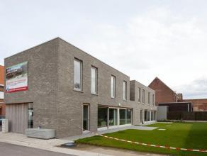 Instapklare nieuwbouwwoning gelegen in het centrum van Izegem. Vlakbij scholen, openbaar vervoer, winkels en belangrijke invalswegen zoals Rijksweg en