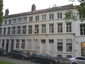 Ruime instapklare woning met 4 slaapkamers en terras in centrum Brugge. <br /> <br /> Indeling:<br /> Glvl: Inkomhal met afzonderlijk toilet - zonnige