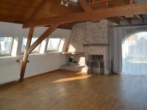 Ruim duplex-appartement met 3 slaapkamers en autostaanplaats nabij centrum Roeselare, vlakbij uitvalswegen.<br /> <br /> Het gezellige appartement in