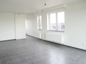 Ruim appartement met 2 slaapkamers op het rustige sint-amandsplein. Achteraan beschikt men over een ruim zongericht terras.<br /> Vanuit het apparteme