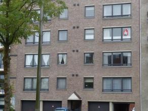 Geriefelijk appartement op 3de verdieping (met lift). Inkomhall, living, aparte inger. keuken met toestellen, berging aan keuken, 2 slpks., berging ac
