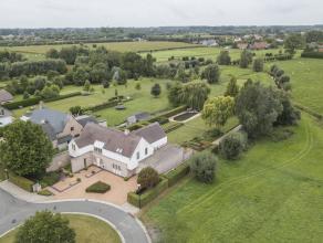 Deze moderne villa te Drongen (Gent) dateert van 2000 en geniet een perceel van 2583 m². De villa geniet alle moderne comfort en is luxueus afgew