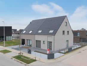 Deze nieuwbouw halfopen bebouwing op 298m² grond is gelegen op de rand van de nieuwe verkaveling te Oostende tussen de Gistelse Steenweg en sport