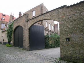 Zonnige bel-étage woning met grote garage, 2 slaapkamers, 2 badkamers en leuk stadstuintje. De woning is uiterst rustig gelegen in hartje Brugg