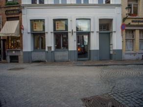 Handelsgelijkvloers, actueel uitgebaat als horecazaak, op een zeer centrale ligging nabij het Simon Stevinplein in het centrum van Brugge.<br /> <br /