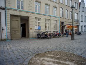 Kantoor/handel (389m²) in herenhuis met mooie uitstraling, met 5 parkeerplaatsen op het Zand, centrum Brugge.<br /> <br /> Indeling:<br /> - Bure