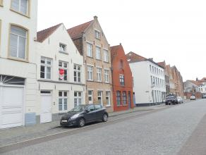 Gezellige rijwoning met 3 slaapkamers en koer in het centrum van Brugge. Gelegen vlakbij het station en 't Zand.<br /> <br /> Indeling:<br /> Glvl.: i