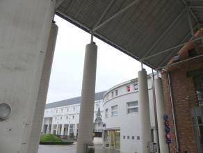 Ruime studio met ingerichte keuken en slaaphoek in het centrum van Brugge. <br /> <br /> Indeling:<br /> 2°V.: Leefruimte (25m²) met slaaphoe