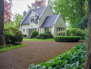 Op een grondoppervlakte van 2.520 m²  vinden we deze op te frissen villa met 4 slaapkamers te koop. Gelegen nabij het centrum van Aalter met goed