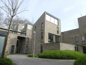 Moderne stadswoning met 2 slaapkamers en zonnig terras gelegen in  hartje Brugge, nabij het Astridpark.<br /> <br /> Indeling:<br /> Glvl.: Inkomhal m