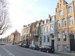 Gezellig dakappartement met 1 slaapkamer en groot zonneterras in centrum Brugge.<br /> <br /> Indeling:<br /> 3°V.: Inkom - woonkamer (22m²)