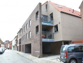 """Uniek appartement in residentie """"De Rode Klaver"""" met zonnige patio, 2 slaapkamers en garagebox in centrum Brugge. Met een vlotte verbinding naar Brugs"""