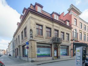 Deze herenwoning met handelsruimte, 5 slaapkamers, garage en lift in centrum Brugge is gelegen op de hoek van de Predikherenstraat en de Witteleertouw