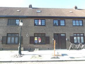 Gezellige, gerenoveerde woning met 3 slaapkamers en stadskoertje in het centrum van Brugge.<br /> <br /> Indeling:<br /> Glvl.: inkom - woonkamer - ke