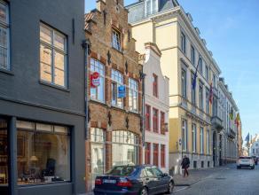 Stadswoning met mogelijkheid tot winkel  in centrum Brugge, gelegen in de Hoogstraat. Dit huis biedt u 3 slaapkamers en 2 badkamers.<br /> <br /> Huis