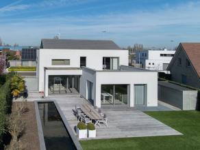 In een residentiële wijk te Gistel vinden we deze prachtige moderne villa, een pareltje ontworpen door architect Jos Rosseels. Hier bevindt men z