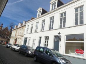 Prachtige gerenoveerde woning met 3 slaapkamers en stadstuin op toplocatie in Brugge. <br /> <br /> Indeling:<br /> Glvl.: inkom - lichtrijke woonkame