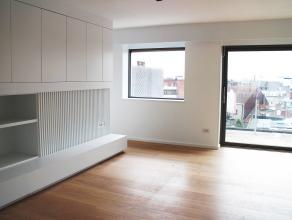 Volledig gerenoveerde penthouse in het centrum van Kortrijk. Dit appartement werd van kop tot teen aangepakt en is als nieuw. Overal parket, ingemaakt