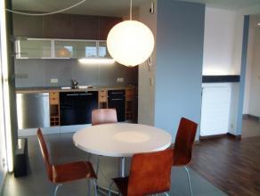 Mooi appartement met 1 slaapkamer. Het appartement is rustig gelegen op 10 minuten stappen van het centrum. Er is 1 ruime slaapkamer die toegang verle