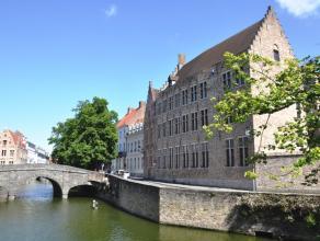 """Prachtig duplexappartement (Residentie """"Villa Medici"""") met 3 slaapkamers in het centrum van Brugge. Mogelijkheid tot bijhuren van een staanplaats.<br"""
