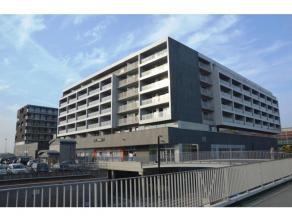 Nieuw, ruim nieuwbouwappartement op fantastiche locatie, aan het station en dicht bij alle uitvalswegen (Expressweg, E40,...).<br /> Het appartement h