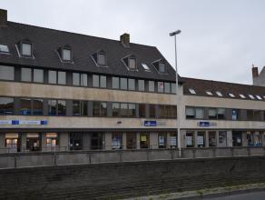 Ruim duplex appartement te huur met centrale ligging vlakbij 't Zand. <br /> <br /> Indeling:<br /> 2°V: Inkom met gastentoilet- living in parket