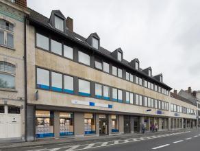 Ruim duplex appartement/kantoor te huur met centrale ligging vlakbij 't Zand. <br /> <br /> Indeling:<br /> - 2°V: Inkom met gastentoilet- living