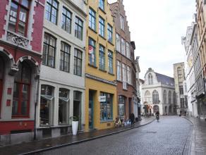 Appartement op 1°V met 1 slaapkamer en terras in centrum Brugge<br /> <br /> Indeling:<br /> 1°V.: Inkomhal - living (30m²) met ingericht