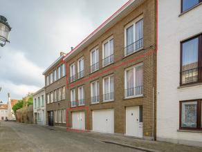 Te renoveren duplex met 3 slaapkamers, nog mogelijks uit te breiden naar 4, ruim terras en garage. Centraal gelegen te Brugge.<br /> <br /> Indeling:<