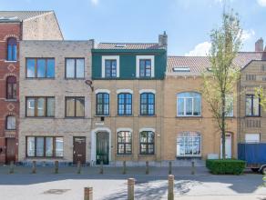 Deze uitermate goed onderhouden rijwoning met 5 slaapkamers en zuidgericht terras is gelegen in een rustige woonomgeving aan de rand van Oostende. Men