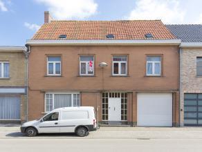 Ruim huis met grote tuin op 771 m² te koop in het centrum van Dikkebus. Gunstig gelegen in de Dikkebusseweg nabij talrijke dorpswinkels (slager,
