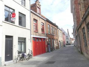 Gezellige rijwoning met 2 slaapkamers en stadskoer in een zijstraat van de Ezelstraat.<br /> <br /> Indeling:<br /> Glvl.: Inkomhal (5m²) - woonr