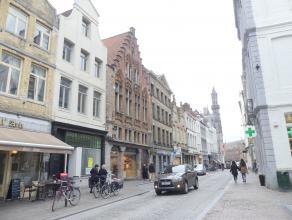 Ruime duplex (120m²) met 2 slaapkamers in centrum Brugge. <br /> <br /> Indeling: <br /> 3°V.: inkom - afzonderlijk toilet - vestiaire - keuk