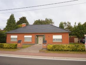 Deze volledig instapklare bungalow ligt vlak aan de Leie op fietsafstand van het centrum van Beveren-Leie. De woning bevat een zonnige, volledig afges