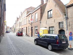 Prachtig gerenoveerd huis met 2 slaapkamers en zonnige tuin in centrum Brugge. De ruimten in het huis zijn optimaal benut met ingebouwde kasten en and