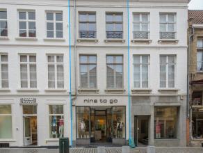 Zeer commercieel gelegen handelspand met duplex-appartement in het centrum van Brugge.<br /> <br /> Indeling:<br /> > Kelder<br /> > Handelsgeli
