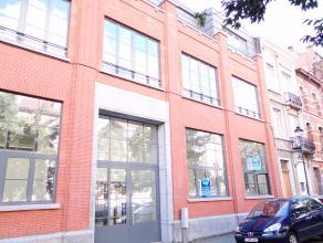 Praktische en ruime kantoorruimte/commerciële ruimte van 327m² (gedeeltelijk dubbel hoog, gedeeltelijk met mezzanine) op de gelijkvloerse en